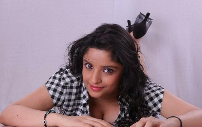 Telugu Hot Actress Devya Cleavage Show Welcomenri